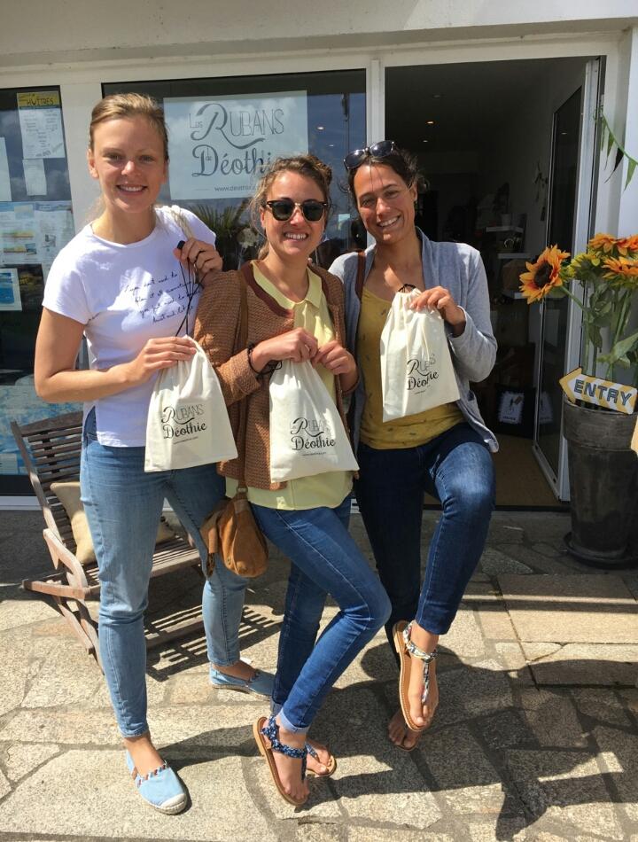 Les girls à la boutique, Locmariaquer